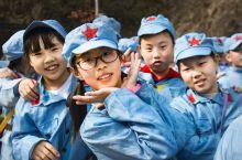 非常喜欢这组照片。在河南信阳金刚台国家地质公园西河风景区,遇到了在这里研学的孩子们。孩子们见到我相机