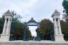 """#丽池公园#马德里市内规模最大的公园,在西语中意为""""快乐的隐退""""。丽池公园早年一直是皇家公园,现在已"""