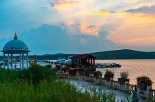 天鹅湖是一处草原上的圆形海子,是欣赏美妙自然风光、拍照摄影的好去处。天鹅湖周边青草依依,湖水碧波荡漾