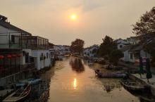 阳澄湖的十月份,就是吃蟹的黄金时间,每天来莲花岛的都是吃蟹的游客,风景其实就是水乡特色,有个忆园可以