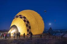 土耳其卡帕多其雅乘坐热气球,为了在最好的时间看到最美的景色,我们在日出前2小时乘车前往热气球起飞高地