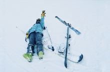 冰雪季来了|国内滑雪好去处  他们说,要摔就要摔在亚洲最大的室外滑雪场 我是一个运动短板极其突出的人