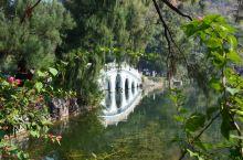 肇庆七星湖公园。 七星湖是个人工湖,环绕着七个岩山组成,算是广东省比较著名的景点之一。 进园后,逛了