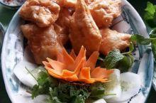 食在越南,在河内的特色越南菜歺厅,就在河内还剑湖边,一边用歺一边看还剑湖,这歺厅是论人头计,味道还不