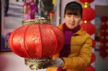 中国的灯笼又统称为灯彩,起源于1800多年前的西汉时期,每年的农历正月十五元宵节前后,人们都挂起象征