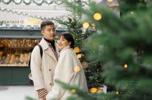 误打误撞闯入西方的年 圣诞节永远都自带浪漫的柔光镜 在圣诞树下的恋爱,只要亲吻彼此 来年会收获满满的