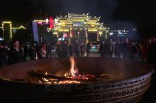 靖西锦绣古镇,刚好遇上元旦文艺晚会,镇子里都是出来逛街的人们。张灯结彩,喜气洋洋。