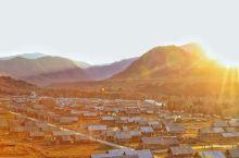在新疆的很多时刻都让我想起阿拉斯加。 飞往乌鲁木齐的路上就能看到成片的雪山,清晨和傍晚清冽的空气伴着