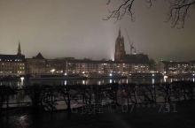 在法兰克福,站在Eiserner Steg桥上可一览美茵河两岸的风光,看到古典与现代的交织。法兰克福