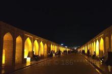 波斯游迹 之 伊斯法罕三十三拱桥  当地人夜间休闲好去处,熙熙攘攘的很热闹。可惜是枯水期,缺少倒影景