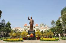 市政厅,是胡志明市的地标建筑,是一座法式风格的建筑物,整座建筑物规模挺大,外观是黄色的,在建筑物前方