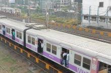 """电影里印度人都是挂满火车的,现实中,大家只是站在门边吹个风而已嘛~ 孟买的""""城际列车""""有三条线,速度"""