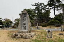 玉藻公园不大,就在高松站附近。高松城遗址就在玉藻公园内,成人门票200日元,因为是遗址,只能看着地图