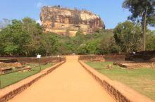 狮子岩是斯里兰卡锡吉里耶一座历史悠久的王朝古城堡,它建造在一个高200多米高的巨型石头上,如何将材料