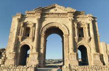 约旦的杰拉什,据说公元前1600年,就已有人类居住并繁衍生息;古希腊文明之风曾吹拂过这里,遗憾的是在
