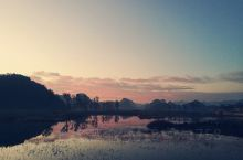 清晨打开窗帘看到的美景,浅山半水间一首时间与空间的诗,自然美学里一幅自然与朴素的画,普者黑朴里客栈美