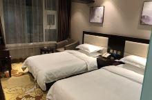 酒店位置很好,对面就是大名府 房间干净卫生,很舒服酒店前台的如冰,欣欣服务非常热情,还送了两张早餐卷
