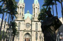 巴西圣保罗的圣保罗大教堂是这里最标志性的建筑。他那两个圆圆的坚定是他的标志。教堂内部有着精美的壁画,