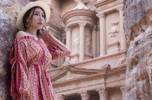 """新""""世界七大奇迹""""——佩特拉古城   佩特拉古城     在约旦南部荒凉广漠的大地一隅,有一处谜团萦"""