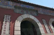 孔子庙是泰山风景区中通往山顶的一条岔路上的一个庙宇。这座庙宇虽然比较小,但是祭祀的是万世师表孔子。这