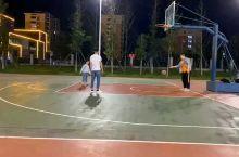 金牛山公园篮球场,这里篮球场根据地势分成两部分,设施齐全。可以约上友人一起去玩,也可以独自一人到现场