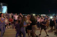"""格鲁吉亚海滨度假胜地巴统著名景点""""爱之雕像""""下各国游客激情舞蹈。"""