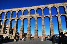 罗马大渡槽建于古罗马图拉真大帝(公元53-117年)时代,至今完好。 塞哥维亚 渡槽用土黄色花岗岩干