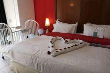 气候温暖的马拉喀什,给小朋友过生日。酒店很贴心得布置了房间,一切很温馨,新鲜的花朵,气球,小象。酒店