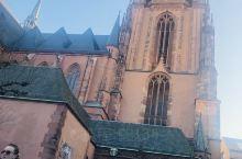 这次旅行的最后一个景点不能错过的景点,法兰克福大教堂,它跟市政广场才100来米!