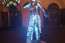在明斯克酒吧一条街的路边雕塑,商家竟然给他们穿上了衣服。