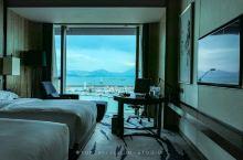 住过几次希尔顿,然而深圳蛇口希尔顿南海酒店,海景房是真的舒服。 正对着游艇码头,远处是山,坐在窗边的