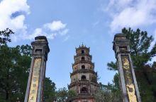 由順化皇城沿著香江往北走約6公里 可达灵姥寺 或稱為天姥寺  該寺建於一個古占婆塔群遺址上 已有近4