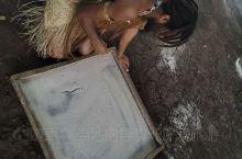 瓦努阿图黑魔法村沙画表演。