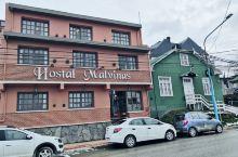 马尔维纳斯旅馆,距离乌斯怀亚港(坐游轮去比格尔海峡)步行5分钟,喜欢他家的休闲区,设计很有调。能一个