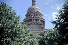 得克萨斯州议会大厦,就在我们酒店五分钟的前面。周末去过一次因为不能进去参观,所以没什么人,我们在外面