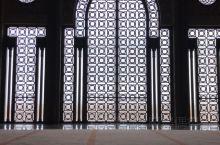 哈桑二世清真寺钛合金窗内的身影