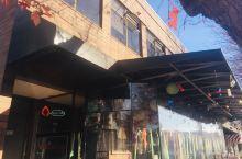 The Eatery有着动感而卡通的装饰。屋檐下红丝绿绦,园的纸球、方的乐高,仿佛是活泼的音符在舞蹈