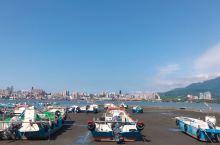 淡水是观光客到台北的必去景点之一,淡水阿给、铁蛋、鱼酥、鱼丸是淡水老街的必吃美食,淡海轻轨的几米月台