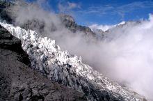 玉龙雪山: 坐索道上山途中,周围是长年不化的积雪,巨大的岩石和茂密的冷杉树林。到了4506米的索道终