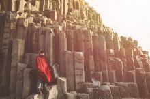 2019年新年自驾环冰岛游 来之前特意带了一件红袍子专门为了在黑沙滩和玄武岩拍照用 大家印象中冰岛是