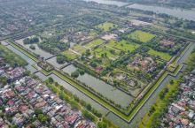 顺化皇城,坐落于顺化古城中央,是越南,阮朝的皇宫,以北京紫禁城为建造蓝本,犹如缩小版故宫,是越南现存