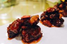 芦花湾这里也有提供美食,我们的晚餐就是在这里用的。 这里的摆盘很精美,菜的口味也非常不错,看的出来每