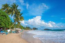 斯里兰卡最美的海滩美蕊沙,拥有蔚蓝纯净的海洋资源,月牙型的海湾虽然不算大,却保持着原始自然的韵味,没