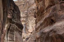 佩特拉古城大约建于公元前6世纪,几乎全在岩石上雕刻而成,周围悬崖绝壁环绕,因其赤褐色砂岩高山的色彩而