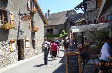 法国的鲜花小镇,可以从尼永乘船前往,不过现在的小镇商业气息浓厚,人也很多,已经不是一个休闲的地方了