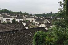 诸葛八卦村建于诸葛等二十七代,目前居住着诸葛第四十四代至第五十七代后裔,全村约有3000多个诸葛后人