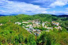 热矿泉水之城——徒步、泡温泉的圣地  在捷克奥赫热河畔旁的卡罗维发利,知名的矿泉地带。城市内有多个泉
