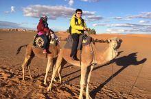 坐了近两天的汽车,赶在夕阳快要西下的时候,我们进入撒哈拉沙漠,爬上一个陡峭沙丘观大漠日落,在天黑之前