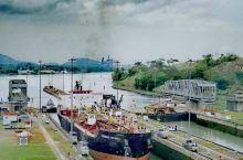 我在巴拿马运河上看大轮船过船闸