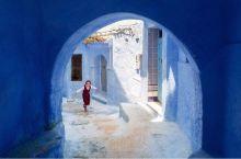 【摩洛哥的Shefshauen小镇,】至今仍保留着15世纪时的蓝色房子。原本坚硬的建筑,由清新的蓝色